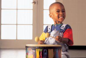 Küçük Çocuk Okul öncesi müzik eğitimi, Küçük yaşlarda örf aletleri Çok Uygundur