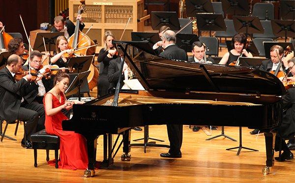 Senfoni Orkestrası Piyano Sanatçısı Solisti Piyano piano orchestra pianist music müzik aletleri çalgı muzikal musical enstrümanlar bilgi site nedir